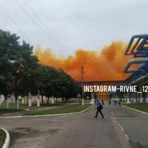 Помаранчевий дим та екологічна небезпека: з'явилися подробиці аварії на заводі під Рівним (відео)