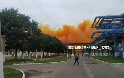 Оранжевый дым и экологическая опасность: появились подробности аварии на заводе под Ровно (видео)