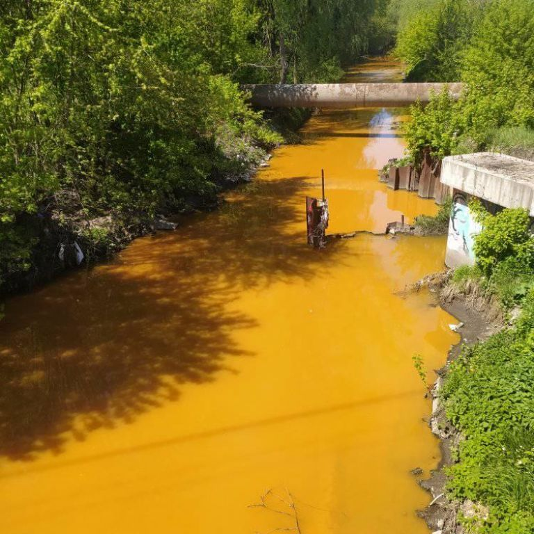 Стала ядовито-желтой: в Киеве в реку Лыбидь слили неизвестные вещества