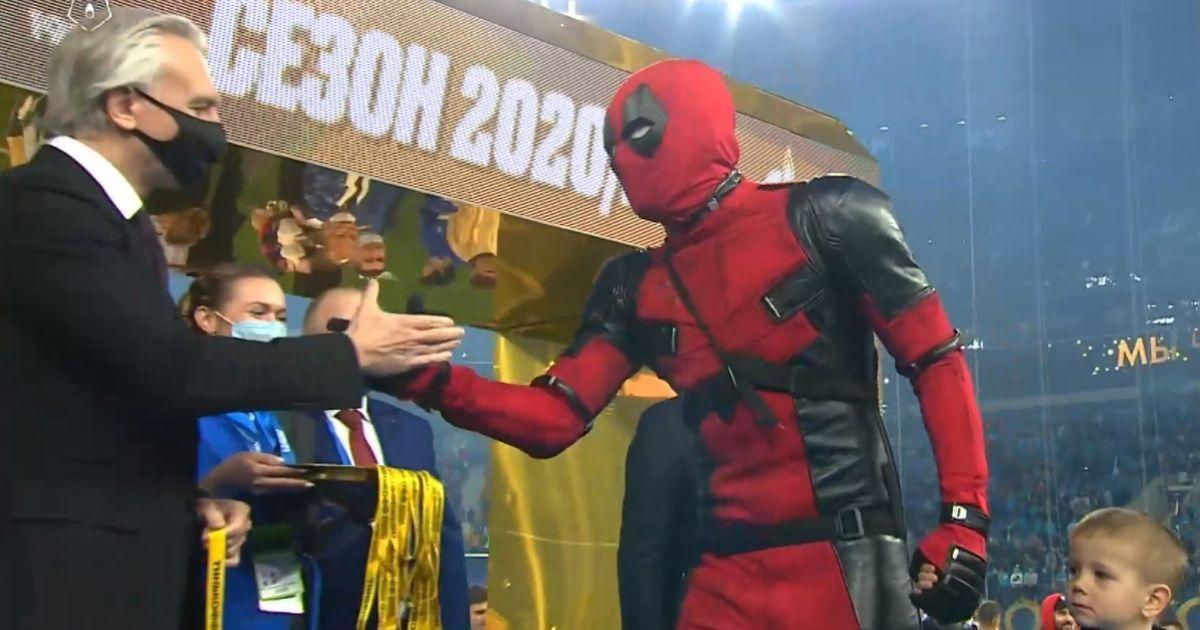 Скандальный российский футболист Дзюба вышел на награждение в костюме киногероя: Сеть взорвалась мемами