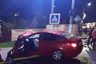 В Київській області водій-іноземець не впорався з керуванням і врізався в авто: є жертва