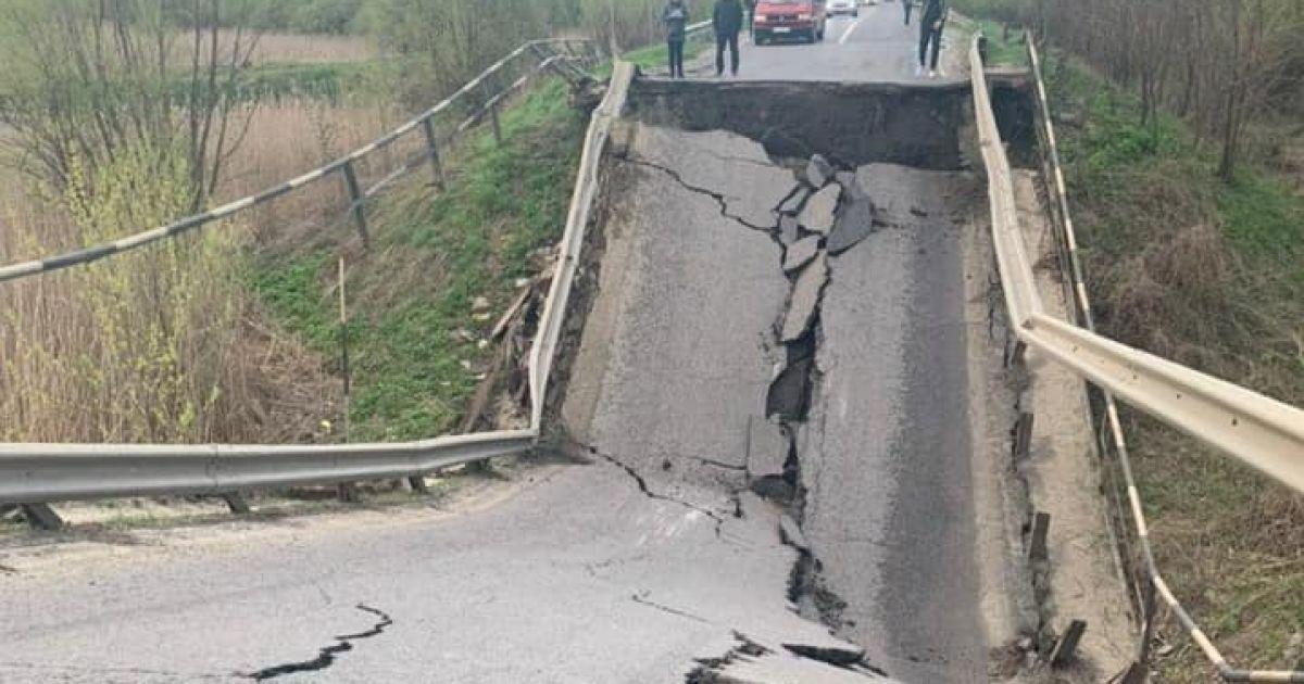 На трасі Львів - Луцьк стався обвал мосту: фото
