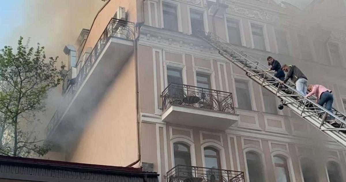 В Одесі сталася пожежа у ресторані: вогонь перекинувся на будівлю (фото, відео)