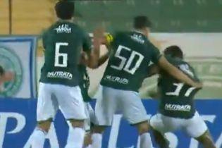 Махач просто на полі: у Бразилії футболісти з однієї команди влаштували жорстку бійку (відео)