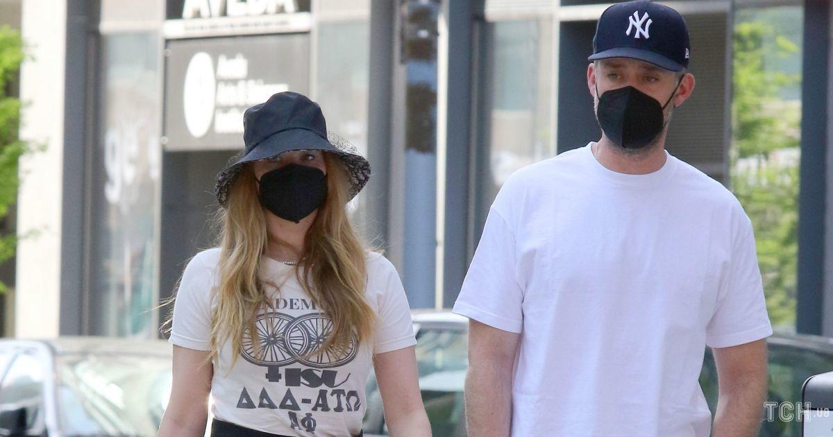 В шортах и с сумкой Dior: Дженнифер Лоуренс сходила с мужем на обед