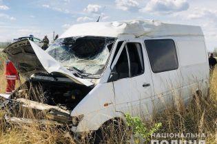 На Прикарпатті бус злетів у кювет і двічі перекинувся: водій помер на місці ДТП (фото)