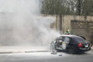 В Одесі іномарка врізалася у паркан та загорілася