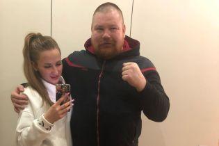 Влаштувала істерику на ринзі: вагітна дружина зірвала бій скандального російського бійця (відео)