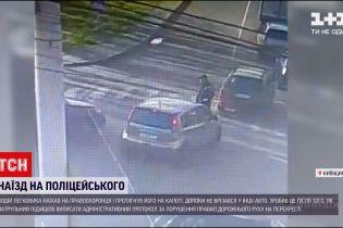 Новини України: у Київській області водій наїхав на поліцейського і тягнув його на капоті