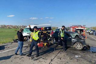 На трасі Київ-Чоп сталася аварія: загинули дитина і дорослий, є постраждалі