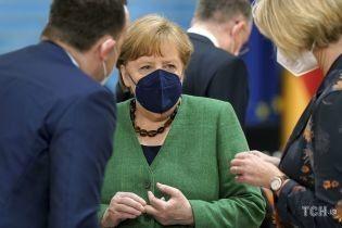 У трав'яному жакеті з V-подібним вирізом: Ангела Меркель на засіданні кабінету міністрів