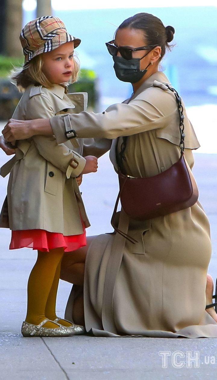 У схожих образах: Ірина Шейк і її дочка Лея сходили за солодощами