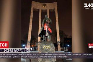Новинии України: студент, що облив пам'ятник Бандери фарбою уклав угоду з прокурором