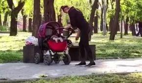 Ні стояла, ні висіла: в Одесі перехожих шокувала жінка під кайфом, яка гуляла з немовлям (відео)
