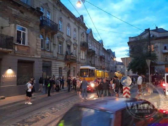 От удара машину смяло: во Львове женщина-водитель столкнулась с двумя трамваями, в салоне был трехлетний ребенок