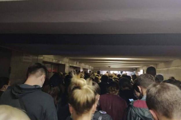 """У Києві на метро """"Позняки"""" утворився величезний натовп: що сталося"""