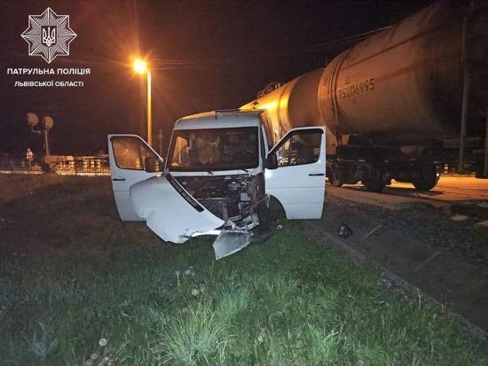 """Во Львовской области столкнулись два бусы, автомобиль и локомотив: пьяный водитель заявил, что """"это не он сделал"""""""