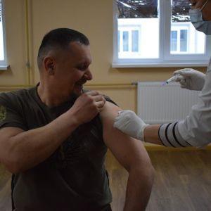 У Сухопутних військах ЗСУ розпочалася вакцинація від коронавірусу: кого щепили (фото)