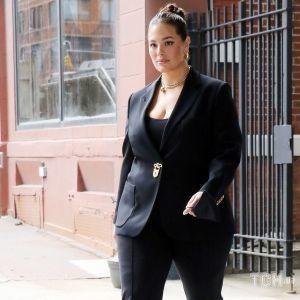 В брючном костюме и туфлях из сетки: Эшли Грэм попала в объективы папарацци
