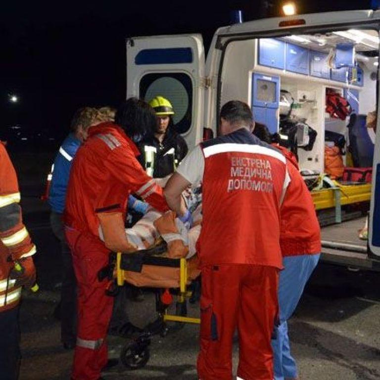 У Дніпрі Subaru з молоддю перекинувся і врізався в електроопору: постраждали чотири людини