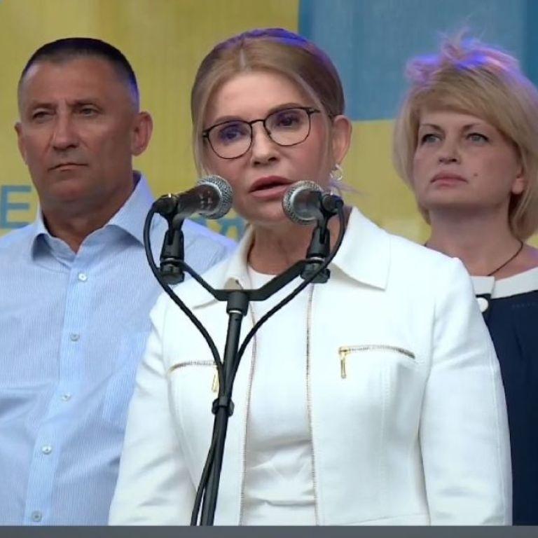 Снова в белом: Юлия Тимошенко в платье-футляре приехала в Полтаву