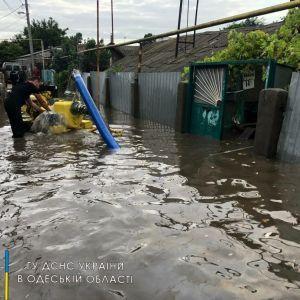 Нічна злива в Одесі: потоком води зносило людей, підтопило будинки, не приземлялися літаки