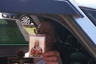В оккупированном Крыму православная россиянка молотком крушила крымскотатарский памятник