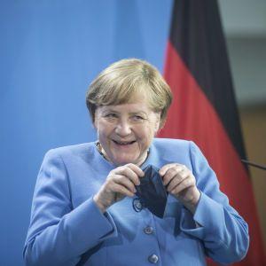 """Меркель обсудила с Путиным """"Северный поток — 2"""" и транзит газа через Украину"""