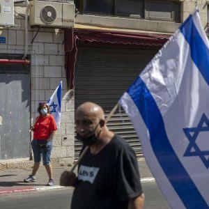 """В Израиле из-за штамма """"Дельта"""" снова начали носить маски: людям не рекомендуют летать за границу"""
