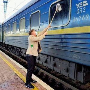"""Втомився від бруду: іноземець купив швабру і вимив вікно купе потяга """"Ізмаїл - Київ"""""""