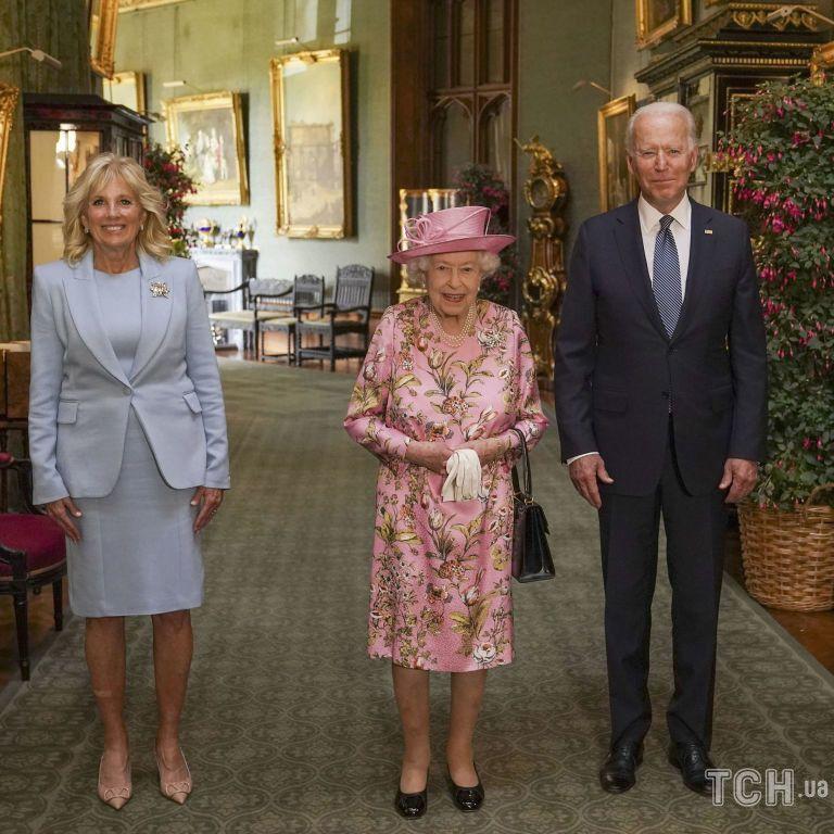 Одягла яскравий ансамбль: усміхнена королева Єлизавета прийняла Байденів у Віндзорському замку