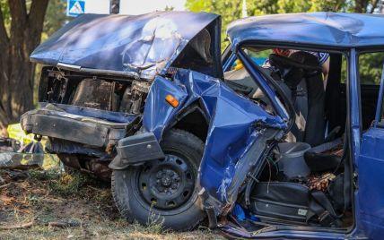 Помер за кермом: у Дніпрі 21-річний чоловік на повному ходу перетнув дві суцільні смуги і врізався в дерево (фото)