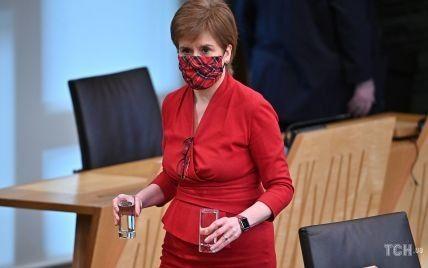 В любимом красном костюме и на шпильках: первый министр Шотландии в эффектном луке появилась на работе