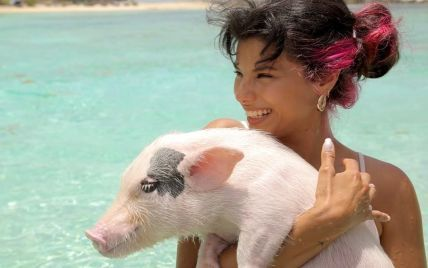Michelle Andrade порадовала видео, как плавала со свиньями в Карибском море
