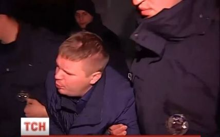 Журналисты разыскали молодчиков, которые напали на полицейского в Киеве