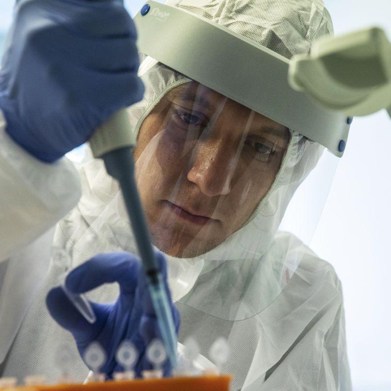 У США медпрацівницю госпіталізували після щеплення від коронавірусу