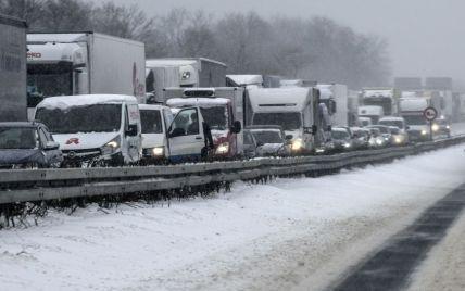 Непогода парализовала движение грузовиков на Житомирской трассе: водители прорывают путь в столицу