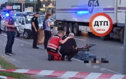 Пьяный мужчина толкнул велосипедиста под грузовик: опубликовано видео момента смертельного ДТП
