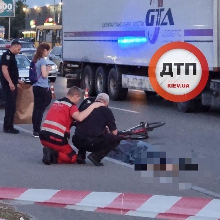 П'яний чоловік штовхнув велосипедиста під вантажівку: оприлюднено відео моменту смертельної ДТП