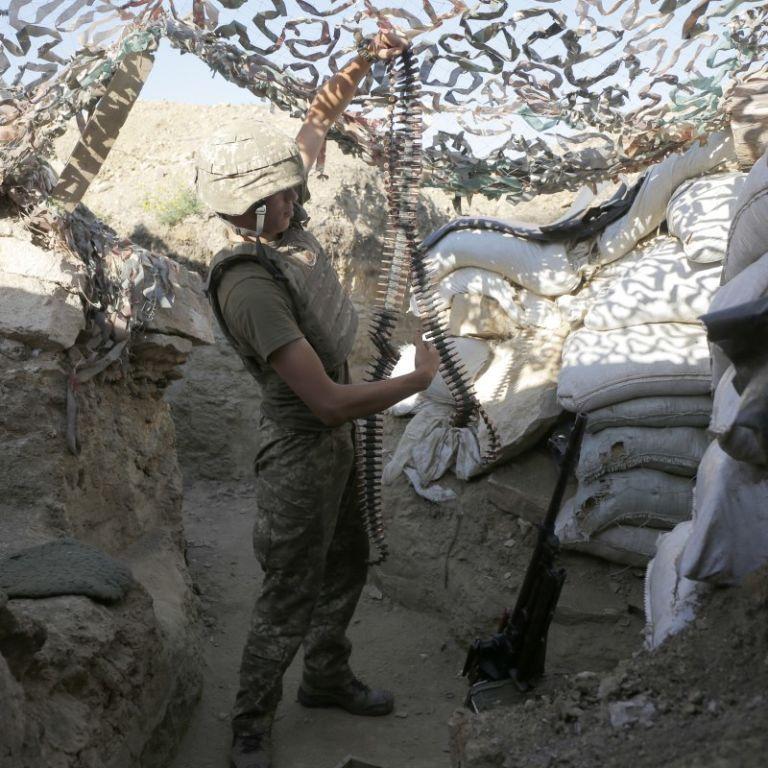 Обстріли бойовиків на Донбасі не припиняються: один воїн отримав поранення