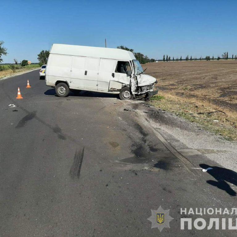 Под Скадовском в результате столкновения легковушки с микроавтобусом погибли отец и двое детей