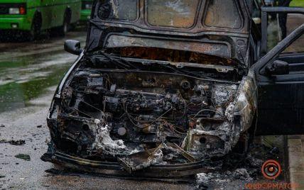 У Дніпрі загорівся Peugeot: постраждав водій