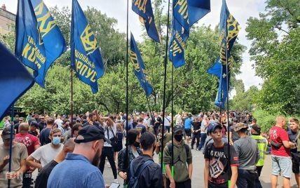 Тысячи представителей Нацкорпуса собрались под судом в Киеве с требованием освободить задержанных собратьев