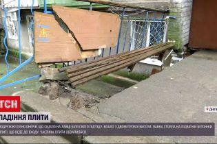 Новини України: у Дніпрі двоє пенсіонерів дивом вцілили після падіння з лавки