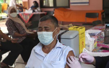 В Индонезии за прививки от COVID-19 раздают цыплят: количество желающих вакцинироваться выросло в 10 раз