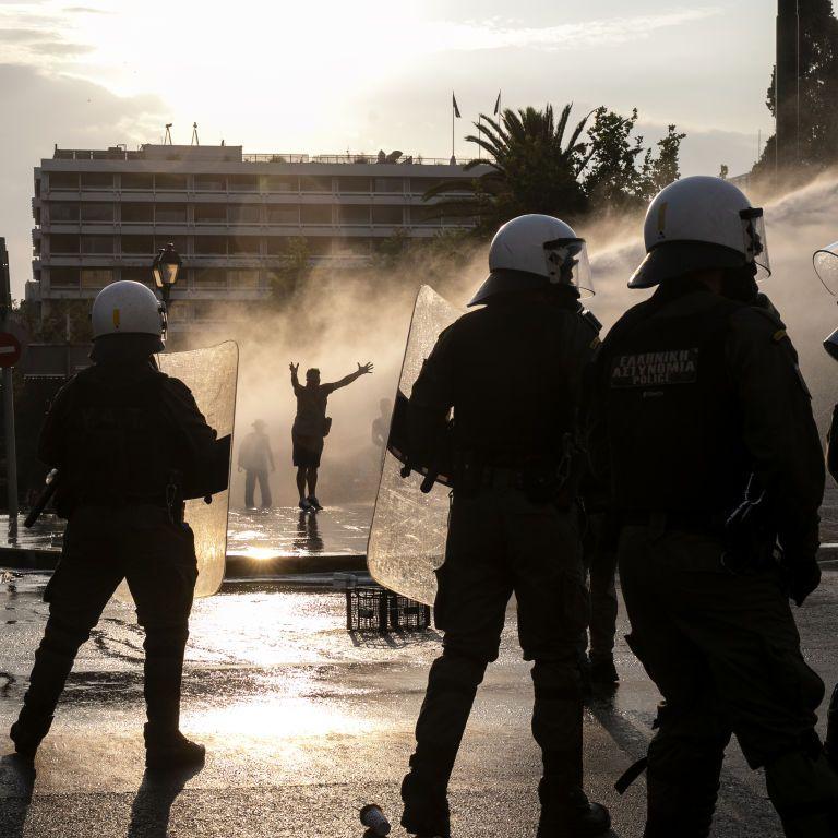 В Греции митинг антивакцинаторив разогнали водометом и слезоточивым газом