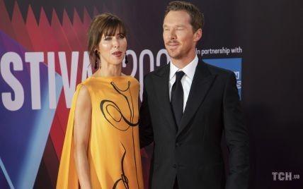 Бенедикт Камбербэтч в костюме, а его жена Софи - в ярком платье: звездная пара на красной дорожке