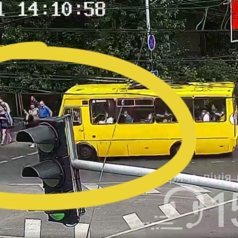 Во Львове маршрутка сбила девушку на пешеходном переходе: видео
