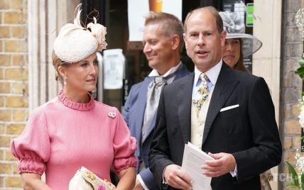 У рожевій сукні-міді і капелюсі-таблетці: графиня Софі на королівському весіллі