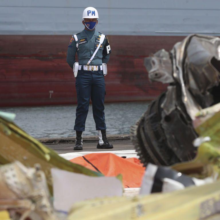 """В Індонезії знайшли обидві """"чорні скриньки"""" літака, який розбився поблизу Джакарти: одну із них пошкоджено"""